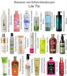 Lavar o cabelo com shampoos livres de sulfato. Essa é a base da técnica No poo. O shampoo sem sulfatos promove um limpeza mais suave, ou seja, não resseca o cabelo como os produtos comuns. Deva Curl, Low Poo Shampoo, Cosmetic World, Curly Hair Styles, Natural Hair Styles, Pretty Hurts, Make Up Tricks, Argan, Matrix