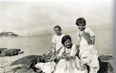 Ruth Matilda Anderson. Niñas visiténdose tras el baño, Vilagarcía de Arousa (Pontevedra), 1924  Galicia