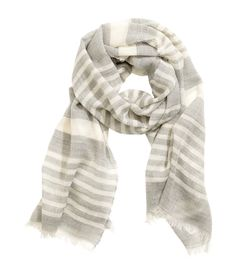 Lichtgrijs/gestreept. PREMIUM QUALITY. Een gestreepte sjaal van fijne, geweven…