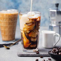 30 Grad, die Sonne knallt und eigentlich braucht man dringend einen Kaffee. Doch der ist viel zu heiß... Die perfekte Alternative für alle Koffein-Junkies: selbstgemachter Eiskaffee...