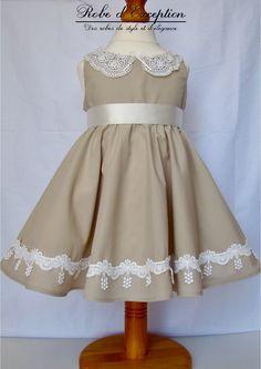 9db4e40adc8 Elégante robe Vintage pour petite fille. Tissu coton beige garni de  dentelle blanc cassé.