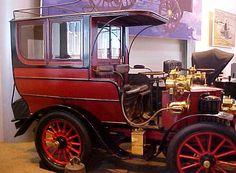 La Amedee Bollee - fils Type D, cet ancien véhicule fut fabriqué de 1899 à 1901, cette voiture Amedee Bollee (fils) Type D de 1899 mesure 1.55 mètres de large, 2.9 mètres de long, et a un empattement de 1.98 mètres.