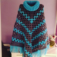 Poncho a crochet muy fácil My Crafts and DIY Projects Crochet Coat, Crochet Scarves, Diy Crochet, Crochet Shawl, Crochet Clothes, Poncho Shawl, Crochet Afgans, Crochet Buttons, Crochet Videos