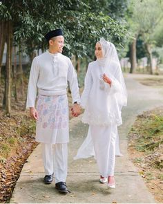 Love this dress simple ❤️ – – Beautiful Bride nur farah 😍- – Beautiful Dr… Muslimah Wedding Dress, Muslim Wedding Dresses, Hijab Bride, Muslim Brides, Wedding Hijab, Dream Wedding Dresses, Muslim Couples, Malay Wedding Dress, Moslem