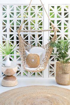 interior casa pequeña Unser Cargo Hanging Chair Mele Stool & Bindu Korb in unserem Lieblingsraum bei Sher Indoor Outdoor, Outdoor Rooms, Outdoor Living, Outdoor Decor, Deco Spa, Style Deco, Bohemian Decor, Exterior Design, House Design