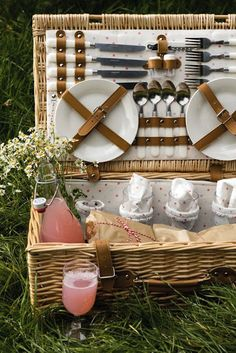 A beautiful picnic hamper ready to feed four people on a hot summer& Picnic Lunches, Picnic Foods, Picnic Date Food, Fall Picnic, Comida Picnic, Plateau Charcuterie, Romantic Picnics, Picnic In The Park, Al Fresco Dining