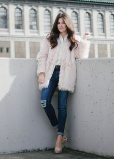 @sarahstylessea keeps classic staples sweet with a dusty pink H&M faux fur jacket. | H&M OOTD