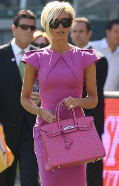 Fast so wichtig wie David: Auch auf dem Fußballfeld hat Victoria Beckham ihre pinke Birkin dabei.