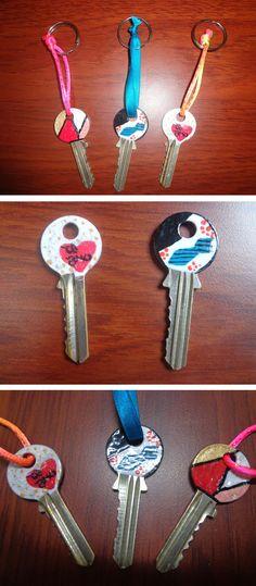 Te enseño a decorar y personalizar tus llaves, con esta idea no te confundirás de llaves cuando tengas que salir corriendo de casa. Washer Necklace, Home, Easy Crafts, Gift Boxes, Going Out, Blue Prints