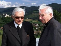 Papa Benedicto XVI with his brother, Msgr. Ratzinger