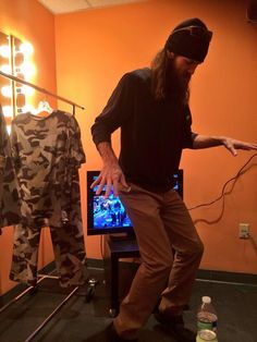 Look who's getting his groove on! Jase RObertson!