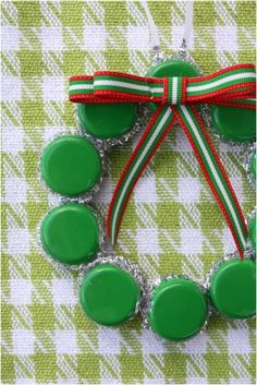 28 Simple and Easy Diy Crafts For Bottle Caps Christmas Gift Games, Homemade Christmas Crafts, Christmas Crafts For Kids, Diy Christmas Ornaments, Holiday Crafts, Christmas Ribbon, Holiday Fun, Holiday Ideas, Christmas Decorations