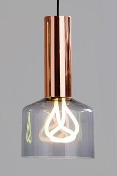 Der Lampenschirm wurde extra für die Glühbirne designt und betont das Designer-Leuchtmittel im Inneren. Die elegante Kupferhalterung sorgt für Stil und Eleganz an der Decke. Wir wollen ja nicht angeben, aber wir sind schon extrem Stolz auf unsere Kooperation mit Plumen, dem weltweit ersten Anbieter für Designer-Energiesparlampen.