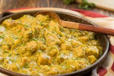 1- En una licuadora colocamos la Crema de Leche Alquería, los granos de maiz, el cilantro, el azúcar y el agua.2- Cortamos las cebollas en julianas delgadas.3- En una sartén doramos las cebollas, con un poquito de aceite, la mostaza y el color.4- Cortamos la pulpa de cerdo en cubos parejos.5- Pasamos los cubos por harina, los agregamos a las cebollas y doramos ligeramente.6- Agregamos el líquido y cocinamos hasta que espece. Curry, Creative Food, Favorite Recipes, Chicken, Cilantro, Cooking, Ethnic Recipes, Color, Appetizers