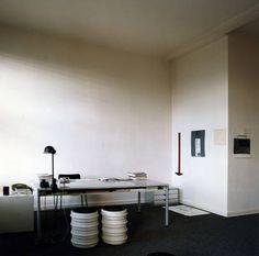 Arbeitszimmer Dieter Rams Desk Nook, Interior Architecture, Interior Design, Dieter Rams, Minimalist Interior, Mid Century Design, Furniture Design, New Homes, Design Inspiration