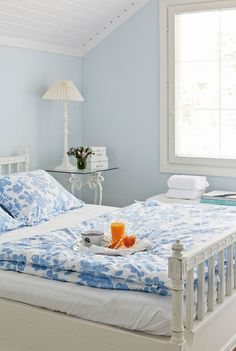 Yläkerran toisessa makuuhuoneessa seinät on maalattu Flamantin hennolla Angel-sävyllä. Vanha sänky on jo hiottu ja odottelee sopivaa maalipintaa.