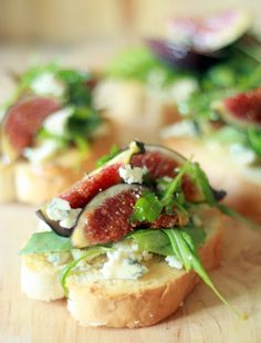 bruschette with prickly pear, rucola and Gorgonzola