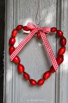 Hagebuttenherzen & Spaziergang im Nebel * rose hip hearts & take a walk in the fog Noel Christmas, Christmas Wreaths, Fall Decor, Holiday Decor, Autumn Crafts, Valentine Wreath, White Candles, Fall Diy, Pin Collection