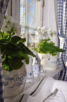 Blue and white checks, dishes and a sunny window. Perfection. Husmannsplassen i Hidlesundet: Koselige Rørstrand-krukker