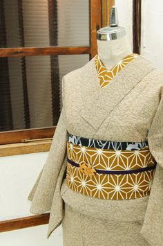木蘭で染めたような生成り色に近いベージュ地に浮かび上がる一面の草野原のような芝草文様が詩情をさそう縮風の夏着物です。 #kimono