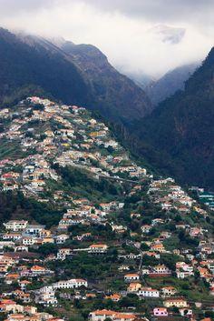 Vila na montanha e nuvens na Ilha da Madeira, Portugal.  Fotografia: Johanna Loock no Flickr.