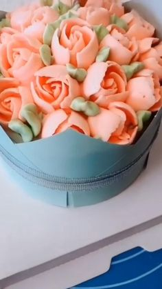 Use piping tips for beautiful cake decoration de cumpleanos Cake Decorating Frosting, Creative Cake Decorating, Cake Decorating Videos, Cake Decorating Techniques, Creative Cakes, Cookie Decorating, Beautiful Cakes, Amazing Cakes, Beautiful Flowers