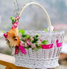 Будь-яка господиня, вирушаючи на Великдень до церкви, складає в кошик традиційні продукти. Easter Baskets, Gift Baskets, Toilet Paper Flowers, Easter Wreaths, Holiday Wreaths, Shabby Chic Art, Wedding Gift Wrapping, Newspaper Crafts, Autumn Decorating