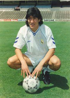 Ivan Zamorano en el día de su presentación como jugador del Real Madrid en 1992 en el Santiago Bernabeu.