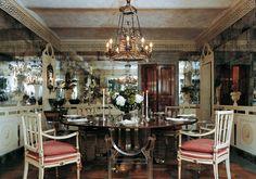 Ispirata al soffitto di specchi della villa dei Mostri a Bagheria, questa sala da pranzo milanese ha una decorazione costituita da una balaustra con vasi e uccelli e dipinta su specchi disposti a conc
