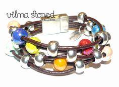 Pulsera varias vueltas con bolas de metal y cerámica.
