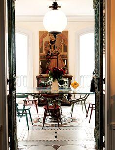 キッチン。イランで手に入れた 肖像画、ガラス製テーブル、 そして歯医者用の椅子が 置いてある。
