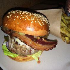 Un Bacon Cheeseburger by Cantine California au Dépanneur c'est comme si on était en Californie ce soir à Paris avec le soleil qui va se coucher très bientôt. Et surtout on se fait très très plaisir là ! #cantinecalifornia #hamburger #burger #ledepanneur #pigalle #foodporn #goodplace #bonneadresse