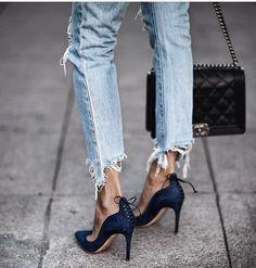 Street chic with denim jeans and Chanel bag. Fashion Mode, Denim Fashion, Look Fashion, Fashion Shoes, Womens Fashion, Paris Fashion, Amo Jeans, Estilo Jeans, Jeans Heels