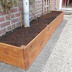 Goedkope grote plantenbak zelf maken - Bloemetjes die buiten staan. Vertical Garden Design, Border Design, Permaculture, Garden Inspiration, Pergola, Porch, Outdoor Structures, Fairytale, Wood
