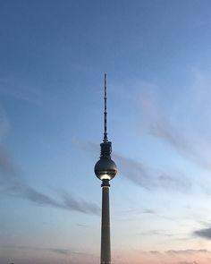 Wir lieben diesen #Ausblick  Packt euch auch öfters das #Berlin-Fieber?  #hhotels #travel #citytrip #städtereise #urlaub #ferien #hauptstadt #travelgram #hotel #sightseeing #germany #reisen #sundown #sonnenuntergang #wochenendtrip #weekendtrip