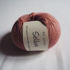 Kan I holde varmen?  Vejret er gråt og koldt, men vi knokler med at få webshoppen klar til jer meget snart. I mellemtiden kan I drømme jer til sol og varme med Selba, som er en blanding af økologisk uld og bomuld ☀️ #bcgarn #økologisk #garn #organic #yarn #hækle #strikke #crochet #knitting #ecoknittingdk #tagsforlikes #igers #vsco #vscocam #vscogood #vscophile #vscogrid #vscogram