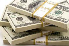 Dólar está a ser vendido no mercado informal a menos de 400 kwanzas https://angorussia.com/economia/negocios/dolar-esta-vendido-no-mercado-informal-menos-400-kwanzas/