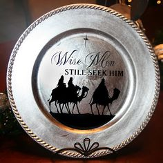 Two Chicks and a Vinyl Cutter: It's a custom Christmas! Christmas Plates, Christmas Signs, Christmas Projects, All Things Christmas, Holiday Crafts, Christmas Decorations, Christmas Ornaments, Christmas Ideas, Christmas Vinyl Crafts