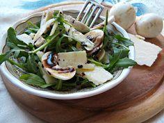 L'insalata di rucola, champignon e Grana Padano è un antipasto, secondo o piatto unico molto saporito da servire soprattutto per stare leggeri.