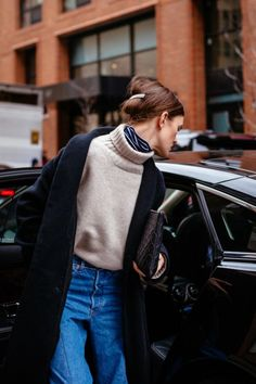 Winter Fashion Outfits, Ideas & Inspiration New York Fashion Week street style - Go to Source - Looks Street Style, Looks Style, Looks Cool, New York Fashion Week Street Style, Nyfw Street Style, Street Fashion Nyc, Street Wear, Leila Yavari, Look Jean