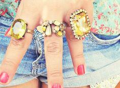 #DiadasMulheres Dicas de Presentes para Mulheres: Brincos, anéis, relógios, pulseiras, colares... Ou qualquer outra coisa do tipo. O importante é que elas se sintam mais belas, enfeitadas e brilhantes!