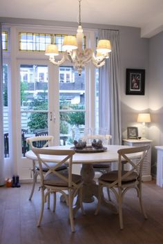 Love the table and chairs and the french doors. Prettttyyyyy