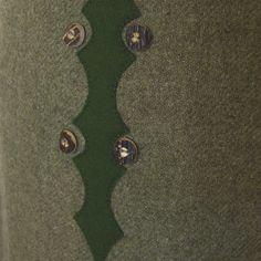 Sehr schöner Rock aus grünem Wollstoff, komplett gefüttert.  Vorne hat er eine Kellerfalte und ist mit Applikationen und echten Hirschhornknöpfen verziert. Verschließbar hinten mit...