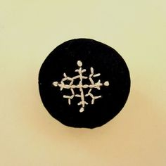 雪の結晶モチーフを刺繍したブローチです。中には綿が入っているので少し厚みがあり、柔らかい触感です。お洋服にはもちろんバッグや帽子などに付けていただいてもアクセ... ハンドメイド、手作り、手仕事品の通販・販売・購入ならCreema。