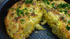 Kartoffelomelet med bacon er nem at lave, og den kan også bruges på madpakken eller fryses ned. Du skal bruge: Til 2-3 personer 1 pk. bacontern 2 dl. kartoffelkroketter 2 dl. cheddarost 2 fed hvidløg 2 spsk. persille 6 æg 1 dl. mælk Salt og peber Sådan gør du: Steg baconen på en panden og …