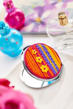 Decorate a compact mirror with brightly-coloured polymer clay! Diy Clay, Clay Crafts, Paper Crafts, Hobbies And Crafts, Arts And Crafts, Crafts Beautiful, Polymer Clay Creations, Compact Mirror, Cold Porcelain