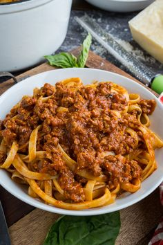 An easy traditional bolognese (Italian style meat and tomato sauce) that slowly simmers to flavour perfection. Pasta Recipes, Dinner Recipes, Cooking Recipes, Healthy Recipes, Italian Dishes, Italian Recipes, Bolognese Sauce, Food Cravings, Bologna