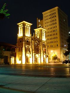 San Fernando Cathedral - San Antonio, Texas (Santa Anna headquartered here) Texas Pride, Texas Usa, Places To Travel, Places To See, San Fernando Cathedral, San Antonio Riverwalk, Church Architecture, River Walk, Texas Travel