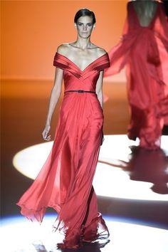 Desfile PV15 de Hannibal Laguna en la Semana de la Moda de Madrid: vestido rojo