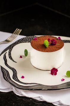 Branco & Preto: bolo de cacau com marshmallow de baunilha